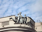 Минск: скульптуры на здании МВД.