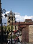 Леон: башня петуха ( Torre Del Gallo ) в городской застройке.