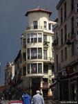 Леон: угловой дом-маяк.
