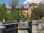 Леон: античный мост и монастырь Сан-Маркос.