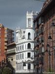 Вальядолид: белый дом, похожий на маяк.
